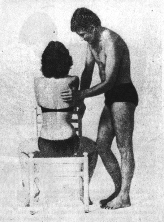 Вибрационный массаж области печени и желчного пузыря на спине