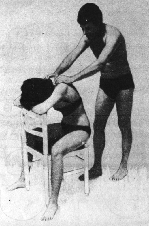 При нарушениях кровообращения в области головы и рук разминаются мышцы затылка и спины. При нарушениях кровообращения в области ног разминать мышцы в области крестца