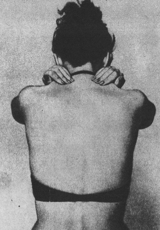 Разминающий массаж затылка и мышц над лопатками
