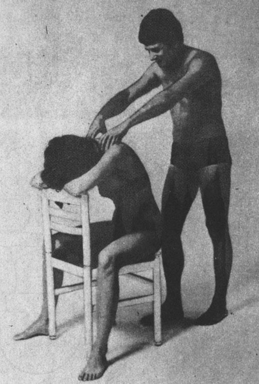 Разминающий массаж мышц затылка и надлопаточных мышц