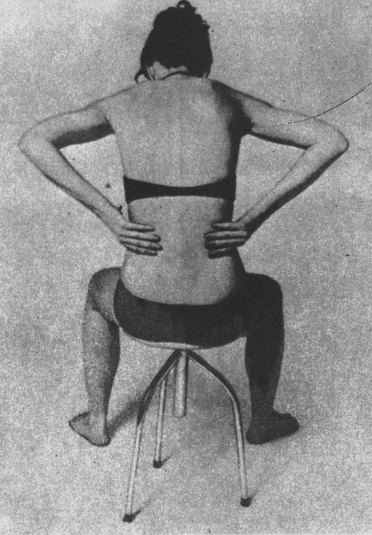 Легкий поглаживающий массаж в области поясницы