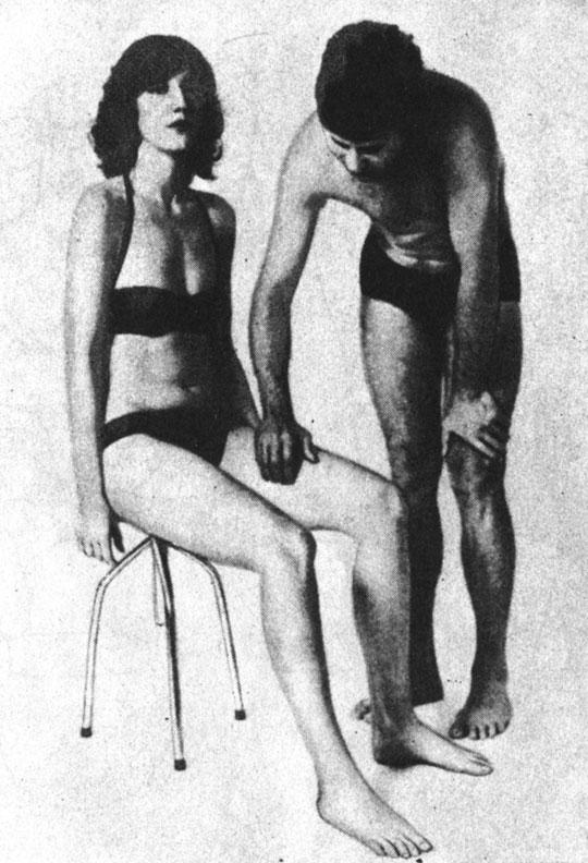 Поглаживающий массаж внутренней поверхности бедра